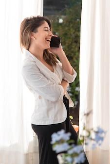 Donna felice che parla sul telefono