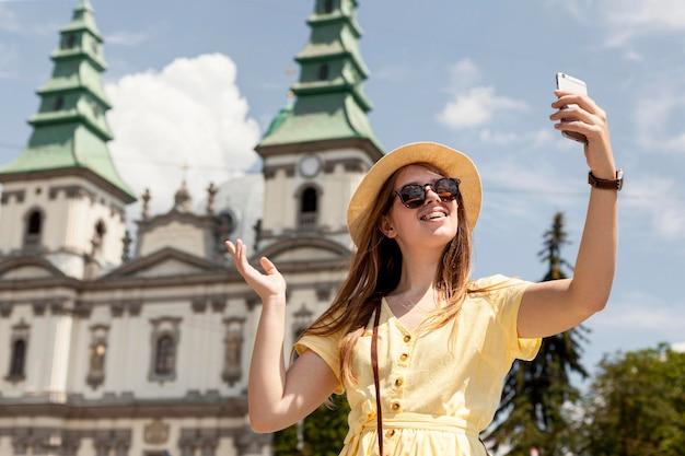 Donna felice che prende selfie