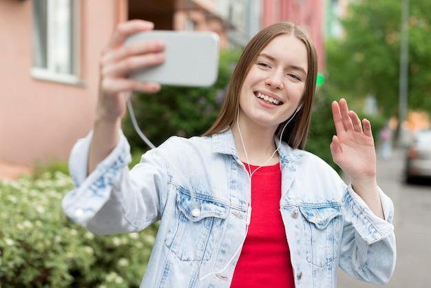 Donna felice che prende un selfie