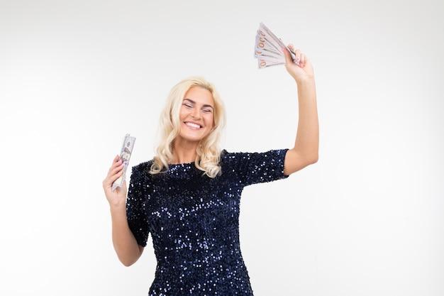 Donna felice che riceve uno stipendio su una priorità bassa bianca con lo spazio della copia