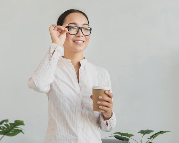 Donna felice che ripara gli occhiali