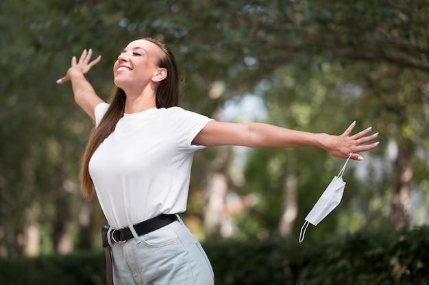 Donna felice che si gode una passeggiata fuori dopo il coronavirus