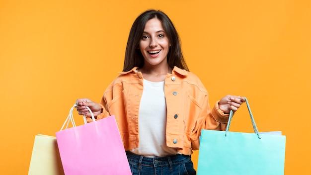 Donna felice che tiene i sacchetti della spesa