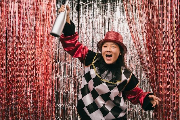 Donna felice con bottiglia di champagne