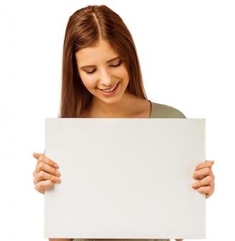 Donna felice con cartello bianco