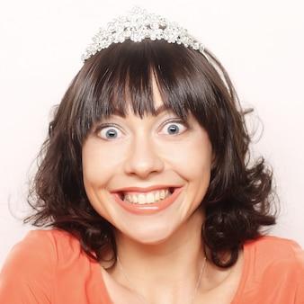 Donna felice con corona di diamanti