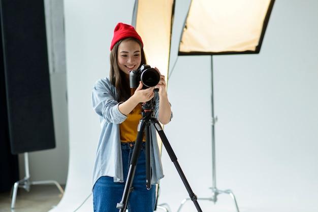 Donna felice con fotocamera