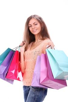 Donna felice con i sacchetti della spesa variopinti
