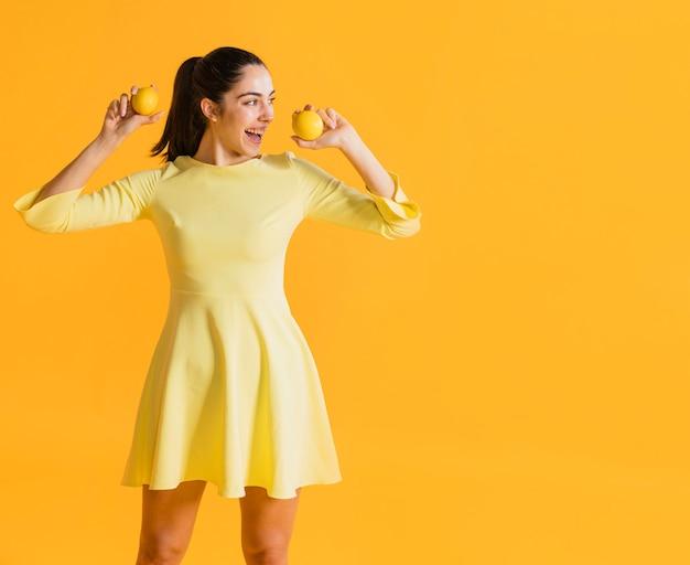 Donna felice con limoni