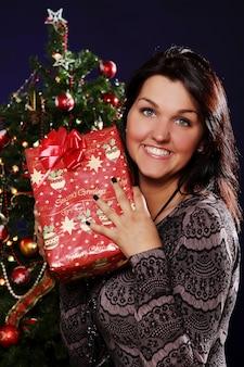 Donna felice con regalo di natale
