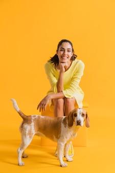 Donna felice con un cane