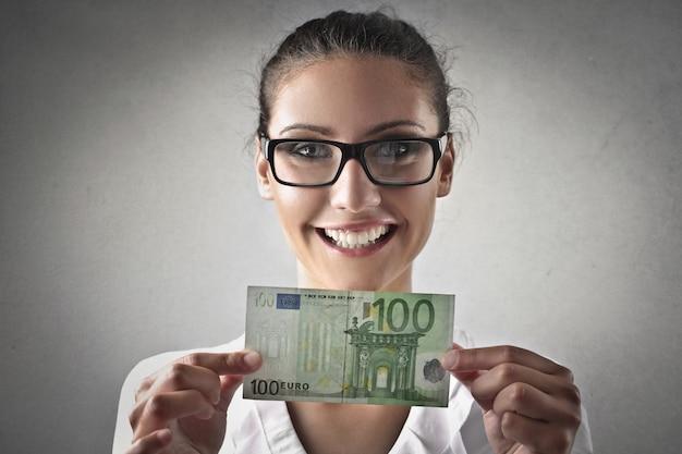 Donna felice con una banconota