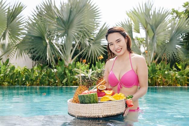 Donna felice con vassoio di frutta