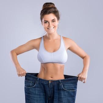 Donna felice dopo la perdita di peso