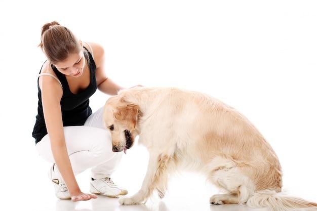 Donna felice e il suo bellissimo cane