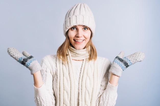 Donna felice in abiti leggeri