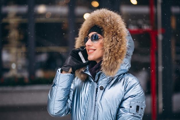 Donna felice in giacca blu