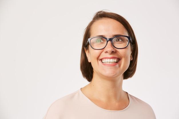 Donna felice in occhiali