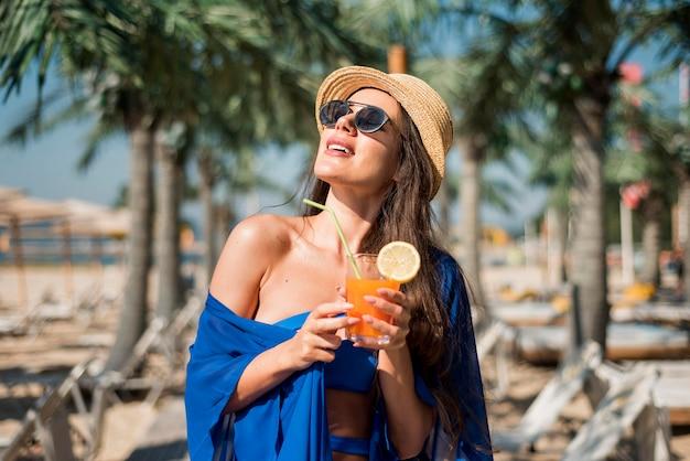 Donna felice in spiaggia