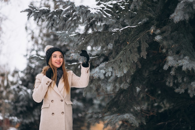 Donna felice in un parco di inverno
