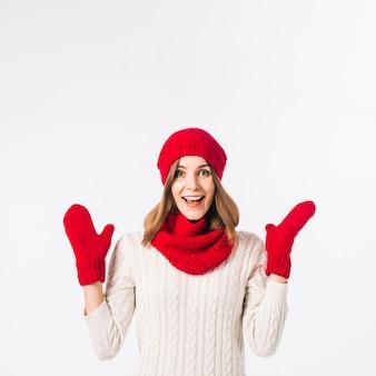 Donna felice in vestiti caldi