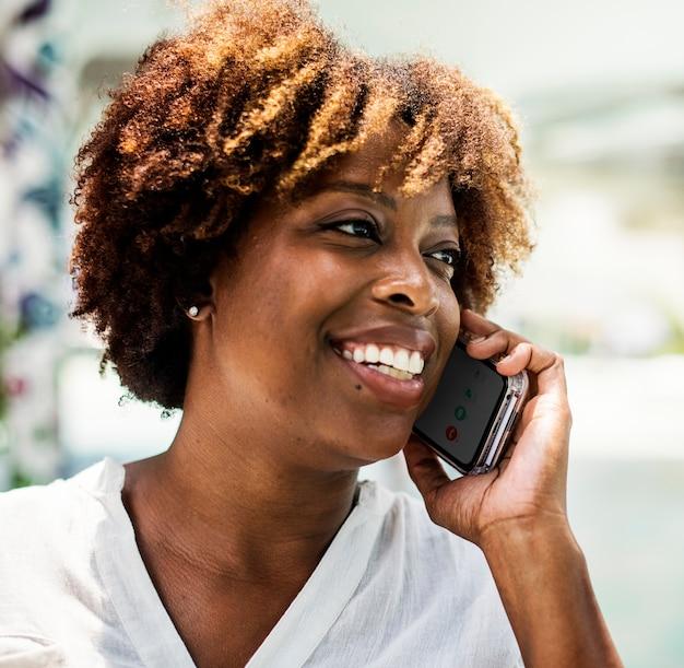 Donna felice parlando al telefono