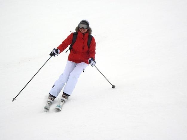 Donna femminile sciatore attivo azione sci di montagna