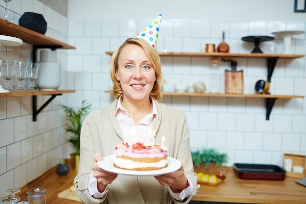 Donna festeggia il compleanno