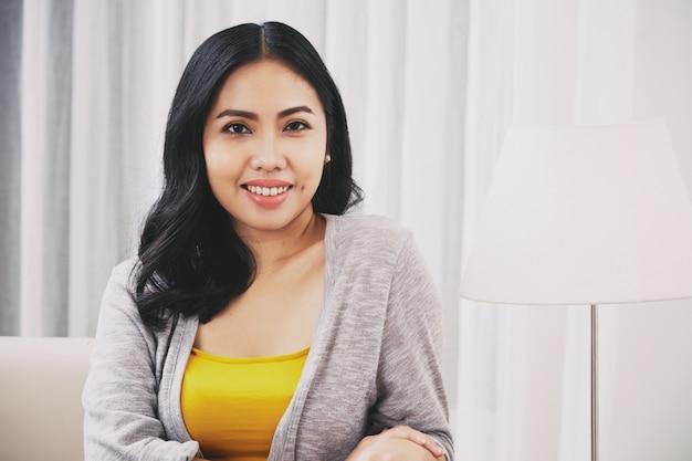 Donna filippina sicura che guarda l'obbiettivo