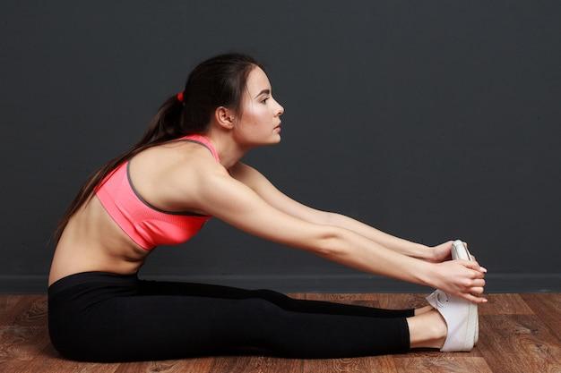 Donna fitness facendo esercizi di stretching