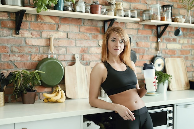 Donna fitness in cucina