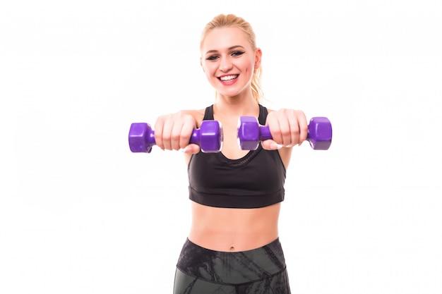 Donna fitness lavorando con manubri blu