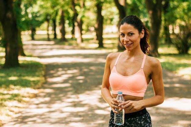 Donna fitness prendendo una pausa dopo l'esecuzione di allenamento.
