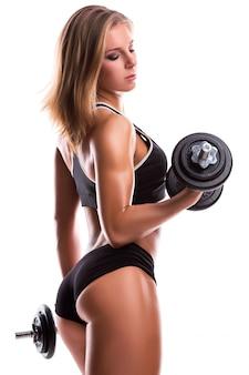 Donna forte fitness con manubri