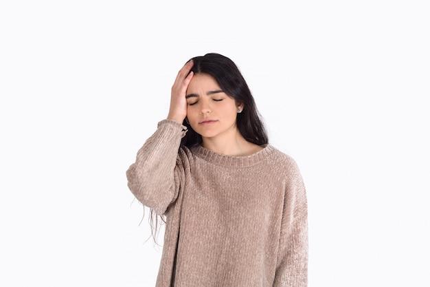 Donna frustrata che copre le sue orecchie