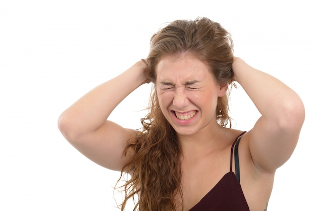Donna frustrata che tira i suoi capelli, su bianco