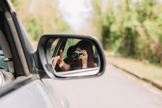 Donna fuori dal finestrino della macchina