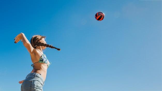 Donna, gioco, spiaggia, volley, vista, dall'alto