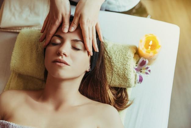 Donna giovane, bella e sana nel salone spa. terapia di massaggio orientale tradizionale e trattamenti di bellezza.