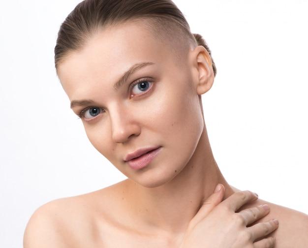 Donna giovane bellezza con tempio rasato. assistenza sanitaria, concetto di cura della pelle