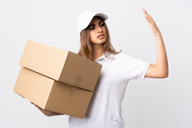 Donna giovane consegna sopra muro bianco isolato con espressione stanca e malata