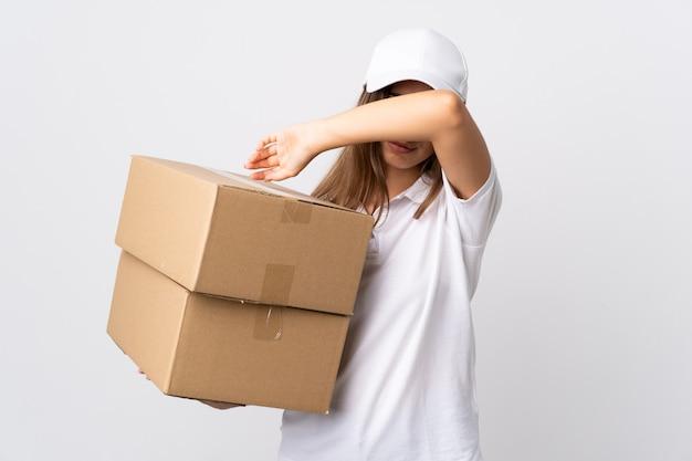 Donna giovane consegna su muro bianco che copre gli occhi a mano