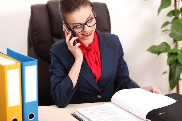 Donna giovane e attraente di affari che lavora nell'ufficio