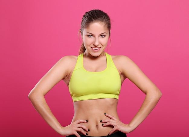 Donna giovane e fitness sul rosa