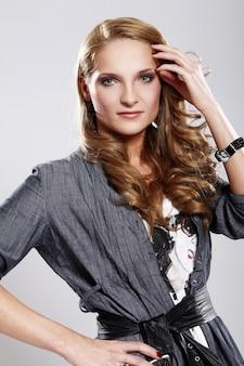 Donna giovane ed elegante