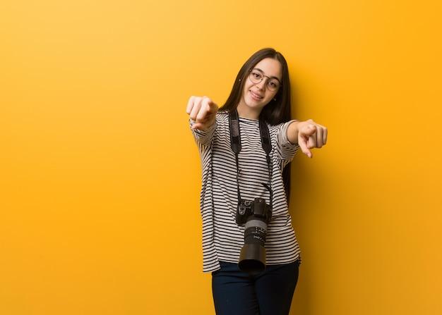 Donna giovane fotografo allegra e sorridente