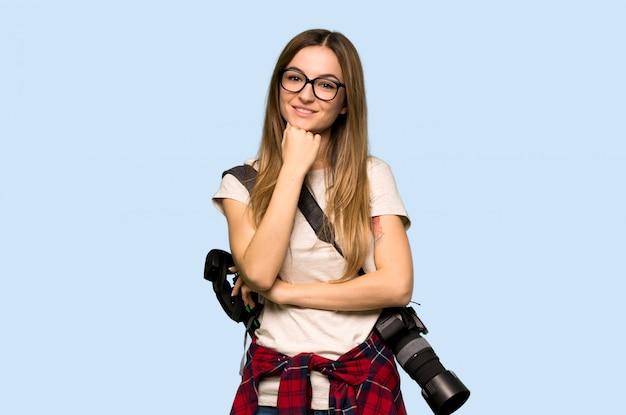 Donna giovane fotografo con gli occhiali e sorridente