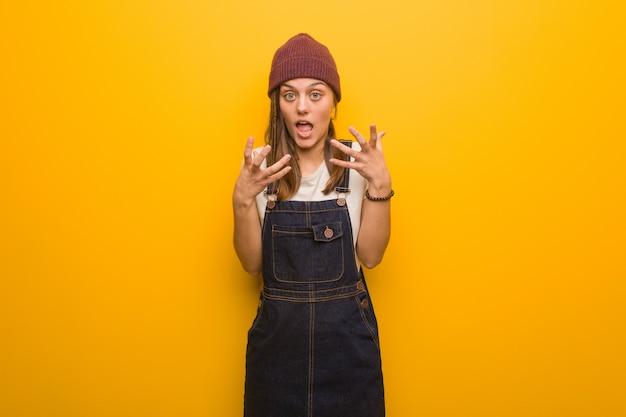 Donna giovane hipster arrabbiata e sconvolta