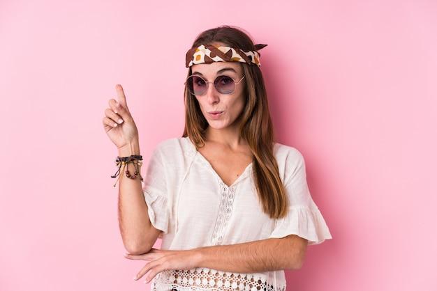 Donna giovane hipster che ha qualche grande idea