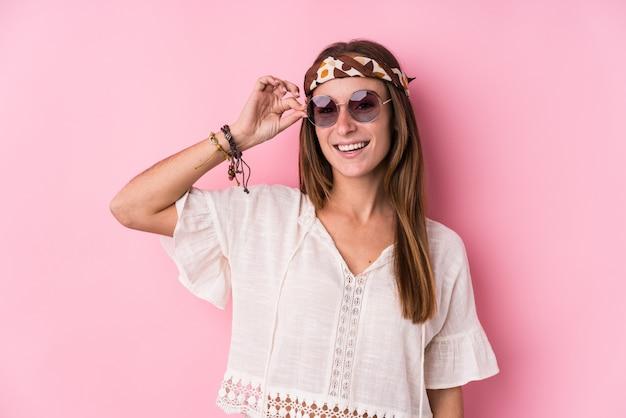 Donna giovane hipster eccitata mantenendo il gesto ok sull'occhio.